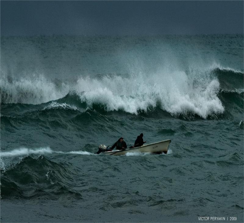 отличный стратег, картинки лодки в море в шторм отличный бросовой